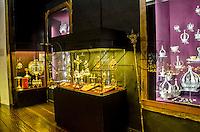 Sala cofre, a sala expõe anéis, coroas, lampadários, crucifixos, esplendores e báculos em prata e ouro que pertenceram a diversas autoridades religiosas e algumas igrejas. Acervo do Museu de Arte Sacra de São Paulo, São Paulo - SP, 02/2013.