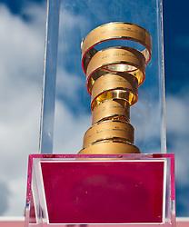 21.05.2011, Hauptplatz Lienz, AUT, Giro d´ Italia 2011, 14. Etappe, Lienz - Monte Zoncolan, im Bild Siegerpokal des Giro d´Italia // during the Giro d´ Italia 2011, Stage 14, Lienz - Monte Zoncolan,Austria, 2011-05-21, EXPA Pictures © 2011, PhotoCredit: EXPA/ J. Feichter