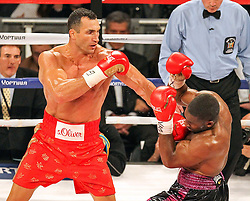 25.04.2015, Madison Square Garden, New York, USA, WBA, Wladimir Klitschko vs Bryant Jennings, im Bild l-r. Wladimir Klitschko mit einem Wirkungstreffer an Bryant Jennings // during IBF, WBO and WBA world heavyweight title boxing fight between Wladimir Klitschko of Ukraine and Bryant Jennings of the USA at the Madison Square Garden in New York, United Staates on 2015/04/25. EXPA Pictures © 2015, PhotoCredit: EXPA/ Eibner-Pressefoto/ Kolbert<br /> <br /> *****ATTENTION - OUT of GER*****