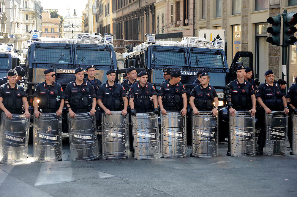 Roma 7 Luglio 2009.Manifestazione  contro in G8  in Piazza Barberini.. Policemen secure the area near Piazza Barberini in center Rome during a demonstration against a G8 summit