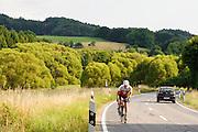 Landstraße, Radfahrer, Landschaft im westlichen Odenwald, Hessen, Deutschland | country road cyclist, landscape in the western Odenwald, Hesse, Germany