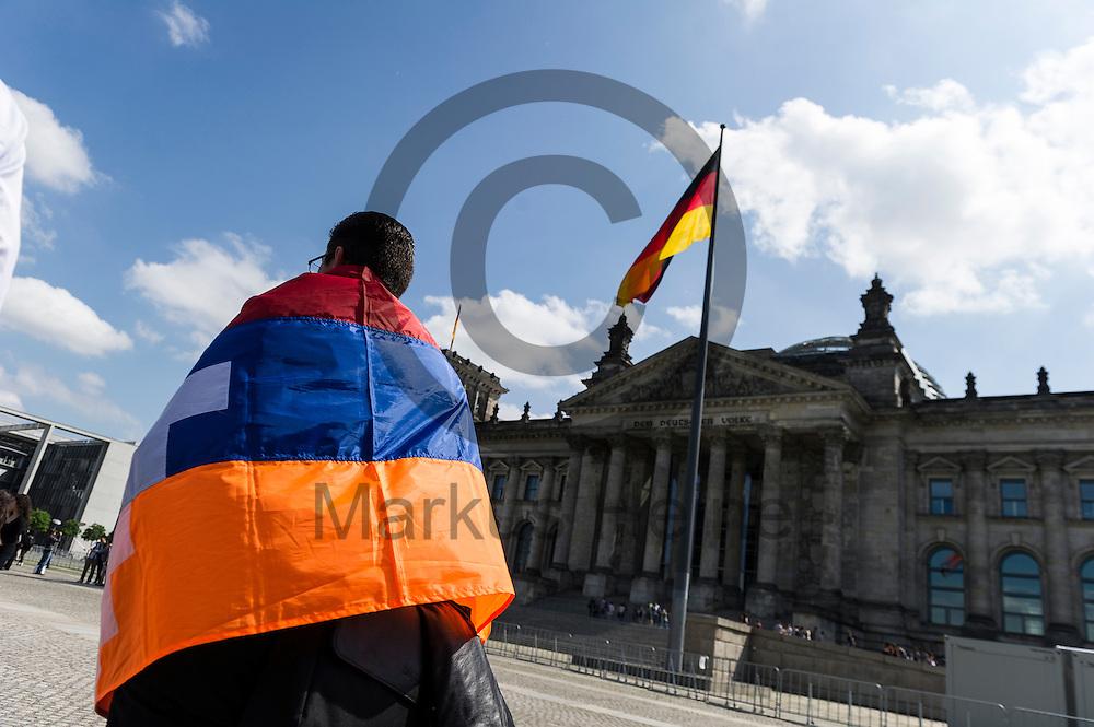 Ein Mann mit einer Armenien Fahne steht w&auml;hrend der Proteste von Armeniern am 02.06.2016 vor dem Bundestag in Berlin, Deutschland. Mehrere Hundert Menschen Demonstrierten vor dem Bundestag f&uuml;r eine Anerkennung des V&ouml;lkermords an den Armeniern durch den Bundestag. Foto: Markus Heine / heineimaging<br /> <br /> ------------------------------<br /> <br /> Ver&ouml;ffentlichung nur mit Fotografennennung, sowie gegen Honorar und Belegexemplar.<br /> <br /> Bankverbindung:<br /> IBAN: DE65660908000004437497<br /> BIC CODE: GENODE61BBB<br /> Badische Beamten Bank Karlsruhe<br /> <br /> USt-IdNr: DE291853306<br /> <br /> Please note:<br /> All rights reserved! Don't publish without copyright!<br /> <br /> Stand: 06.2016<br /> <br /> ------------------------------w&auml;hrend der Proteste von Armeniern am 02.06.2016 vor dem Bundestag in Berlin, Deutschland. Mehrere Hundert Menschen Demonstrierten vor dem Bundestag f&uuml;r eine Anerkennung des V&ouml;lkermords an den Armeniern durch den Bundestag. Foto: Markus Heine / heineimaging<br /> <br /> ------------------------------<br /> <br /> Ver&ouml;ffentlichung nur mit Fotografennennung, sowie gegen Honorar und Belegexemplar.<br /> <br /> Bankverbindung:<br /> IBAN: DE65660908000004437497<br /> BIC CODE: GENODE61BBB<br /> Badische Beamten Bank Karlsruhe<br /> <br /> USt-IdNr: DE291853306<br /> <br /> Please note:<br /> All rights reserved! Don't publish without copyright!<br /> <br /> Stand: 06.2016<br /> <br /> ------------------------------