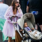 NLD/Laren/20080806 - Rosanna Lima met zoon Shane Kluivert in de buggy en dochter Demi winkelend in Laren