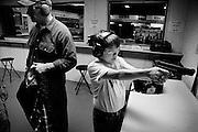 Joel, 12 ans, vient s'entraîner avec son père aux cours de pistolets défensifs. Il a commencé à tirer à l'âge de 6 ans. Canton, USA.