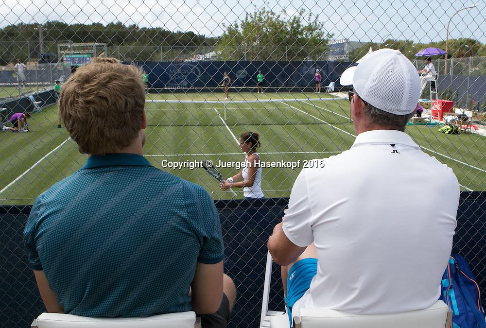 Mallorca Open 2016,L-R. Physiotherapeut Florian Zitzelsberger und Trainer Michael Geserer sitzen am Spielfeldrand hinter dem Zaun und beobachten Julia Goerges, Rueckenansicht,von hinten,<br /> <br />  -  -  WTA -  Santa Ponca Tennis Club - Santa Ponsa -  - Spanien  - 14 June 2016.
