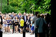 Koning Willem-Alexander bij de opening van de tentoonstelling &lsquo;Seurat. Meester van het pointillisme&rsquo; in het Kroller-Muller Museum. <br /> <br /> King Willem-Alexander at the opening of the exhibition 'Seurat. Master of Pointillism 'in the Kr&ouml;ller-M&uuml;ller Museum.<br /> <br /> Op de foto / On the photo:  Aankomst van dce Koning bij het museum / Arrival of the King at the Museum