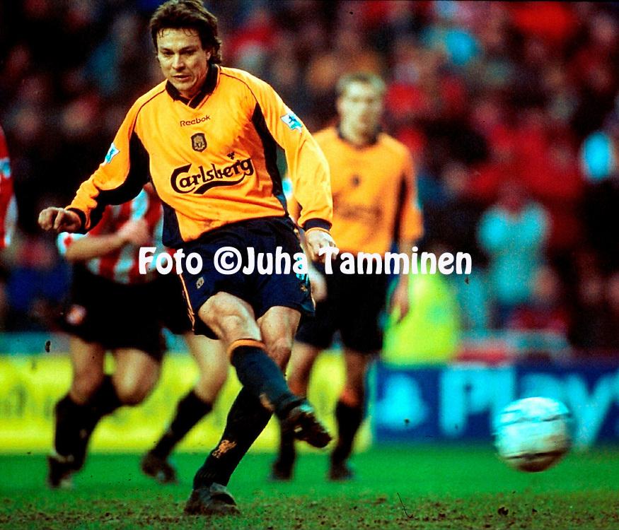 10.2.2001, Stadium of Light, Sunderland, England. <br /> FA Premiership, Sunderland FC v Liverpool FC. <br /> Jari Litmanen scores from the penalty spot for Liverpool.