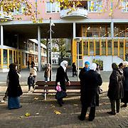 Nederland Rotterdam 6 november 2008 20081106 Foto: David Rozing .Ontmoeting moslima's bij school in het oude westen, omgeving van speyckstraat / eerste 1e middelandstraat. Op de achtergrond is cameratoezicht.Het Nieuwe Westen één van de meest gevaarlijke ( onveilige ) wijken van Nederland is. Het oude westen .staat ook bekend het onveilig. ./ Hollandse Hoogte