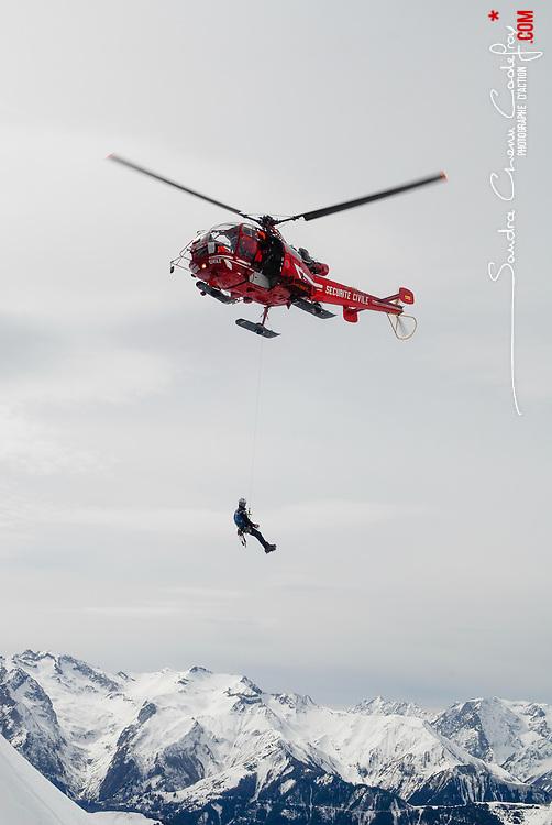 Activit&eacute; du Peloton de Gendarmerie de Haute Montagne de l'Is&egrave;re &agrave; l&rsquo;a&eacute;rodrome du Versoud et &agrave; l'altiport Henri Giraud de l'Alpe d'Huez. Entra&icirc;nements, exercices et prise d'alerte sur les massifs montagneux de l'Is&egrave;re gr&acirc;ce aux h&eacute;licopt&egrave;res Dragon 38 de la S&eacute;curit&eacute; Civile.<br /> Mars &amp; Avril 2008 / Le Versoud &amp; Alpe d'Huez (38) / FRANCE