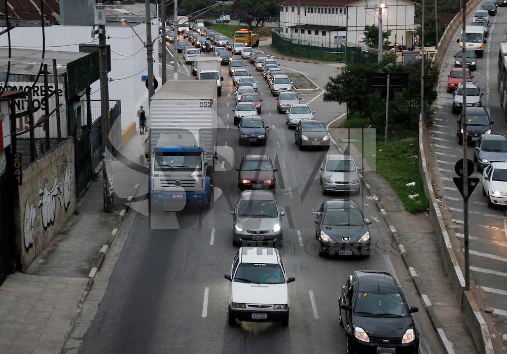 SÃO PAULO,SP,05 MARÇO 2012 - RESTRIÇÃO/CAMINHÕES/SP - CIDADES - Caminhões trafegam pela Av. Luis Ignacio de Anhaia Melo, na regiao da Vila Prudente na tarde de hoje (5), apesar do início da fiscalização da CET.FOTO ALE VIANNA/BRAZIL PHOTO PRESS