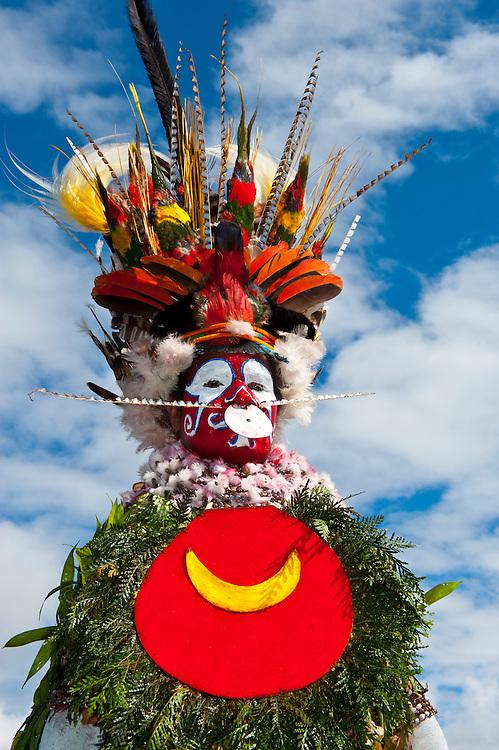 Bunt geschmückte und bemalte Roika Waria Frau feiert das traditionelle Sing Sing