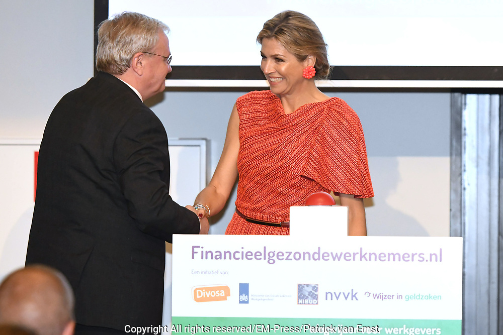 Koningin Maxima is aanwezig bij het jaarlijks symposium van het platform Wijzer in geldzaken. Tijdens de bijeenkomst lanceert zij een werkgeverswebsite voor financieel gezonde werknemers. <br /> <br /> Queen Maxima is present at the annual symposium of the Wijzer platform in money matters. During the meeting, she launches an employer website for financially sound employees.