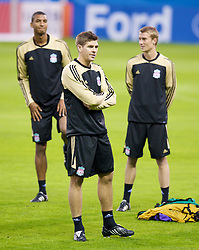 MADRID, SPAIN - Tuesday, October 21, 2008: Liverpool's captain Steven Gerrard MBE with David Ngog and Stephen Darby during training at the Vicente Calderon ahead of the UEFA Champions League Group D match against Club Atletico de Madrid. (Photo by David Rawcliffe/Propaganda)