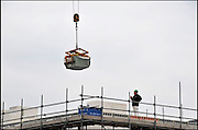 Nederland, Nijmegen, 1-5-2012Bouwvakkers zijn bezig met het bouwen van huizen in de nieuwe wijk Laauwik, onderdeel van de stadsuitbreiding de Waalsprong van Nijmegen in Lent. Door de slechte economische situatie worden veel van de nieuwbouwplannen gewijzigd of uitgesteld.Foto: Flip Franssen/Hollandse Hoogte