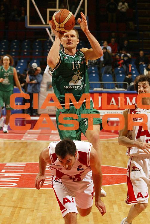 DESCRIZIONE : Milano Campionato Italiano Lega A1 2005-06 Armani Jeans Milano Montepaschi Siena<br /> GIOCATORE : Kaukenas<br /> SQUADRA : Montepaschi Siena <br /> EVENTO : Campionato Lega A1 2005-2006<br /> GARA : Armani Jeans Milano Montepaschi Siena<br /> DATA : 18/03/2006<br /> CATEGORIA : Tiro<br /> SPORT : Pallacanestro<br /> AUTORE : Agenzia Ciamillo-Castoria/E.Pozzo<br /> Galleria : Lega Basket A1 2005-2006<br /> Fotonotizia : Milano Campionato Italiano Lega A1 2005-2006 Armani Jeans Milano Montepaschi Siena<br /> Predefinita :