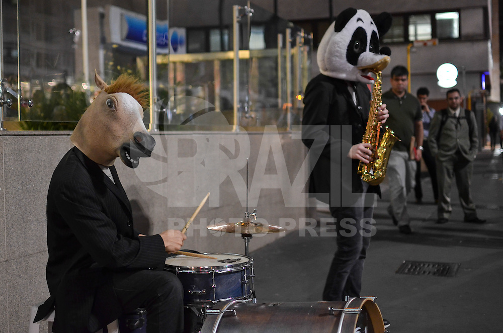 SÃO PAULO, SP, 13 DE SETEMBRO DE 2013 - SAX IN THE BEATS - Dupla de saxofonista e baterista, chamada Sax in the Beats, se apresenta na Avenida Paulista, em frente ao prédio do Banco Central, na noite desta sexta feira, 13. Os músicos chamam a atenção pelo talento e pelas fantasias. FOTO: ALEXANDRE MOREIRA / BRAZIL PHOTO PRESS