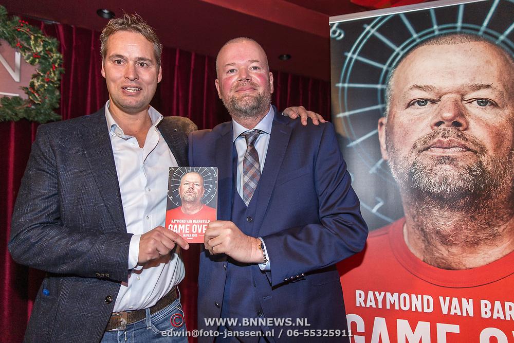 NLD/Rijswijk/20191119 - Boekpresentatie Raymond van Barneveld - Game Over, Raymond van Barneveld met de schrijver van het Boek Jasper Boks