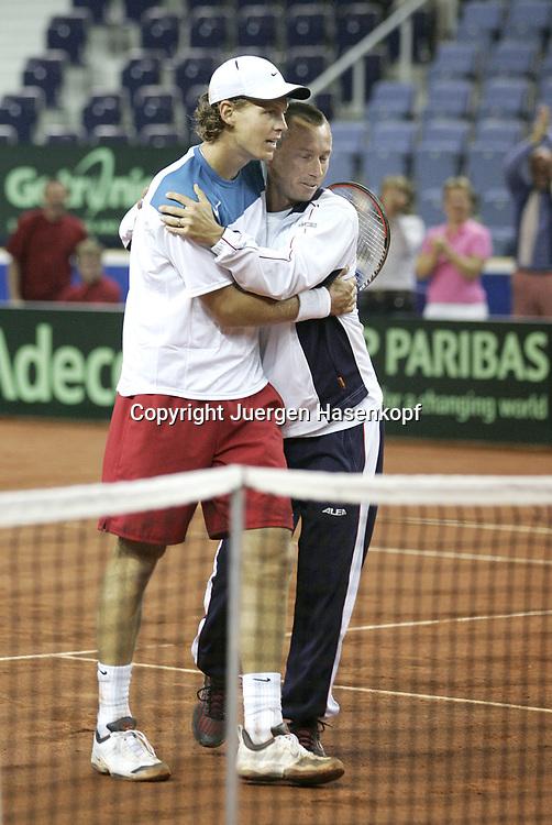 Sport, Tennis, Ausland, Davis Cup Begegnung  Tschechien gegen  Deutschland in der Tipsport Arena in Liberec, Team Captain Cyril Suk(CZE) gratuliert Tomas Berdych (CZE) zum Sieg , 25.09.2005..<br /> Foto: Juergen Hasenkopf, S S P K. M u e n c h e n ,<br /> BLZ. 70150000, Kto.10-210359,<br /> +++Veroeffentlichung nur gegen Honorar nach MFM,<br /> Namensnennung und Belegexemplar. Inhaltsveraendernde Manipulation des Fotos nur nach ausdruecklicher Genehmigung durch den Fotografen.Persoenlichkeitsrechte oder model-release Vertraege der abgebildeten Personen sind nicht vorhanden. Publication only with payment, credit line and print sample..