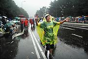 Nederland, Nijmegen, 20-7-2007Vierdaagse, Tijdens de intocht brak rond half twee op de St Annastraat, via gladiola,een stortbui met onweer uit. Ondanks het slechte weer blijven de lopers doorgaan, met de finish in zicht. Veel publiek bleef zitten en zong de wandelaars naar de wedren.Foto: Flip Franssen/Hollandse Hoogte