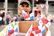 Vendedor de banderitas panameñas durante el desfile del día de la bandera en Vía España.