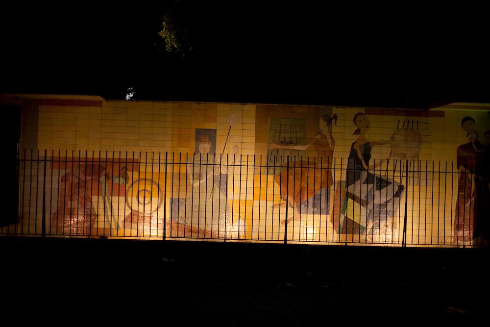 Cataguases_MG, Brasil...Painel de Azulejos de Candido Portinari As Fiandeiras, na Praca Jose Inacio Peixoto em Cataguases, Minas Gerais...Tiles panel of Candido Portinari As Fiandeiras in Jose Inacio Peixoto square in Cataguases, Minas Gerais...Foto: LEO DRUMOND / NITRO