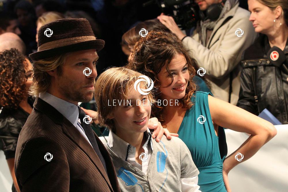 AMSTERDAM - Thijs Romer, Katja Schuurman en Nils Verkooijen op de rode loper van de filmpremiere Dik Trom zondag in Amsterdam.  FOTO LEVIN DEN BOER - PERSFOTO.NU