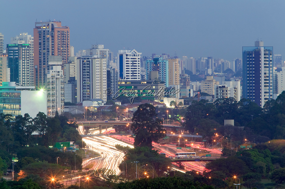 Commuter traffic at intersection of Av. 23 de Maio and Rubem Berta at time of evening rush hour. Ibirapuera and Vila Mariana districts of Sao Paulo, Brazil.