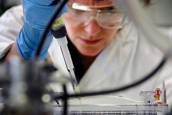 Nederland, Oss, 30-10-2007Fabriek van de  producent van medicijnen Organon. Vooral van pillen voor anticonceptie,vruchtbaarheid en menopauze. Op de foto een laborant bezig met het maken van een gel.Foto: Flip Franssen