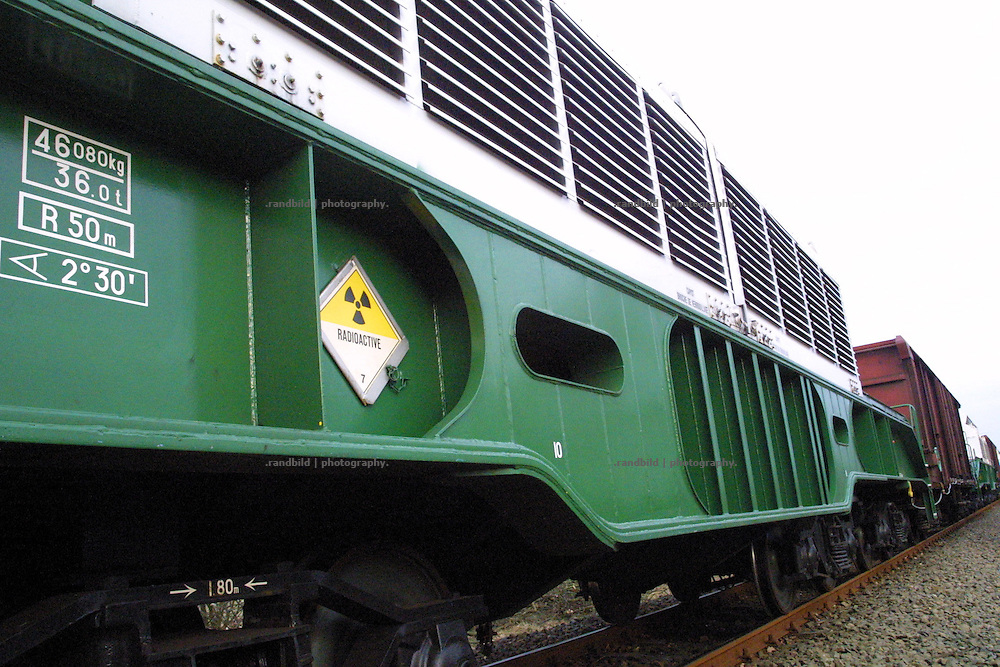 Ein Atomtransport mit Castorbehältern aus der französischen Wideraufbereitungsanlage La Hague rollt auf den Schienen in Richtung Gorleben.