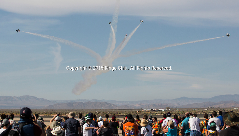 3月21日,在美國加州蘭開斯特的威廉&middot;福克斯機場舉了洛杉磯郡航空展。圖為民眾觀看美國空軍雷鳥隊表演。(新華社發 趙漢榮攝)<br /> Air show goers watch the U.S. Air Force Thunderbirds &quot;F-16 Fighting Falcon&quot; performs in in the Los Angeles County Air Show at William J Fox Airport  in Lancaster, California on March 21, 2015. (Xinhua/Zhao Hanrong)(Photo by Ringo Chiu/PHOTOFORMULA.com)