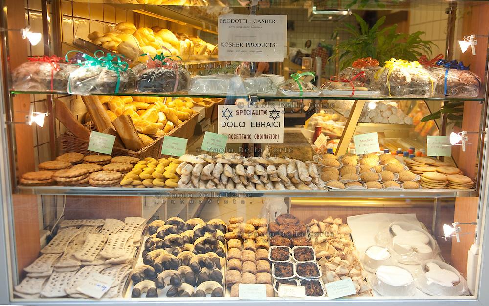 """Venezia - Ghetto ebraico. I dolci ebraici tipici del Ghetto di Venezia sono: le """"Orecchiette di Amman"""", con ripieno di frutta, le """"Bisce"""" dalla caratteristca forma a esse, gli """"Zuccherini"""" e le """"Azime Dolci"""" dalla forma a ciambella. Tutti i dolci sono fatti con ingredienti consentiti dalle regole Kosher."""