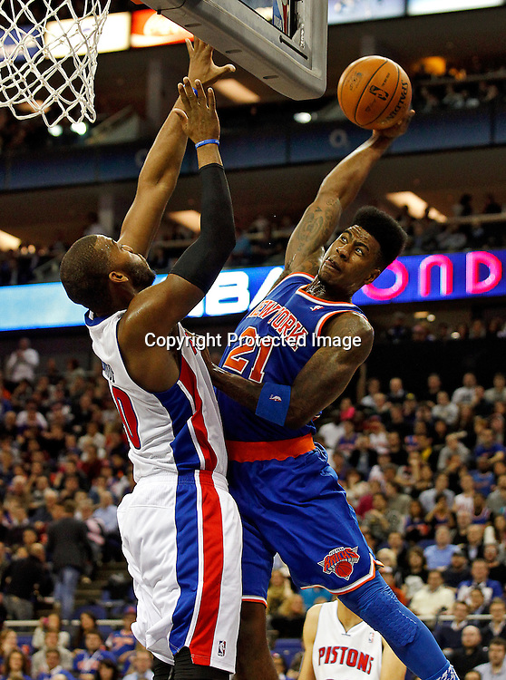 epa03541492 Iman Shumpert (R) of New York Knicks goes to basket over block of Greg Monroe (L) of Detroit Pistons during their NBA London Live 2013 Detroit Pistons vs New York Knicks match at O2 Arena in London, Britain, 17 January 2013.  EPA/KERIM OKTEN