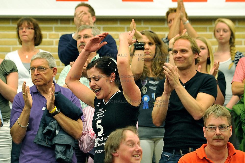 01-05-2011 VOLLEYBAL: PLAYOFF FINALE HEUTINK POLLUX - VC WEERT: OLDENZAAL<br /> Captain Suzan Freriks eindigt haar carriere met het landskampioenschap en bedankt het publiek<br /> &copy;2011- FotoHoogendoorn.nl