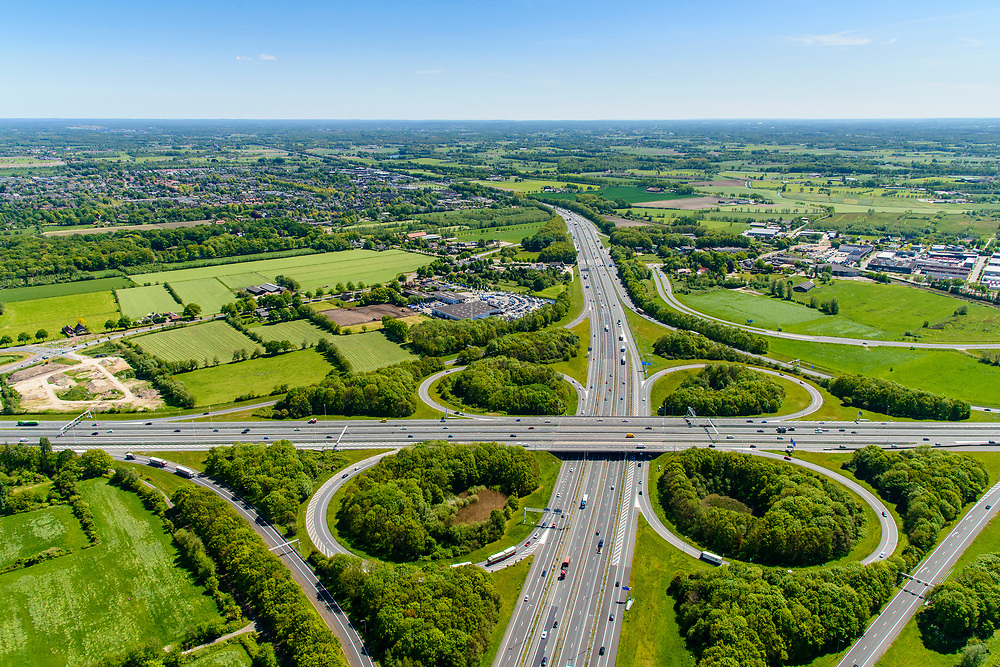 Nederland, Gelderland, Amersfoort, 13-05-2019; Knooppunt Hoevelaken, verkeersknooppunt (klaverblad), aansluiting van de autosnelwegen A28 (links-recht) met A1. Boven in beeld, naast de A1, de plaats Hoevelaken.<br /> <br /> Hoevelaken junction, near Amersfoort<br /> <br /> <br /> aerial photo (additional fee required); luchtfoto (toeslag op standard tarieven); copyright foto/photo Siebe Swart