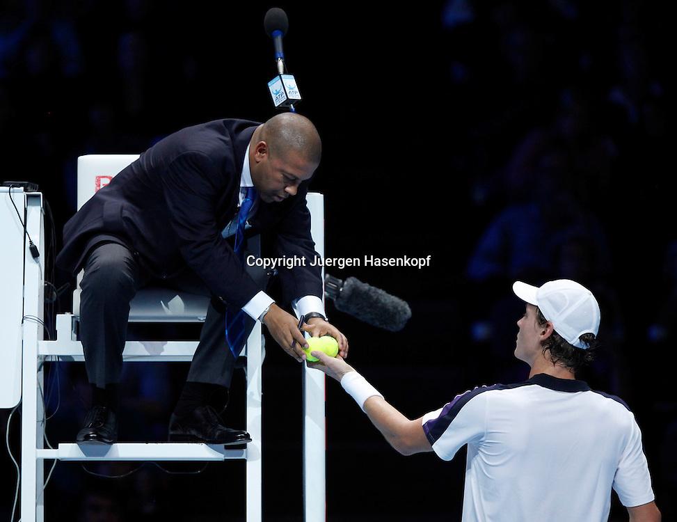 ATP World Tour Finals  2010 in der O2 Arena in London, HerrenTennis Turnier, WM, Weltmeisterschaft, Tomas Berdych (CZE), gibt die Baelle zurueck an Stuhlschiedsrichter Carlos Bernades