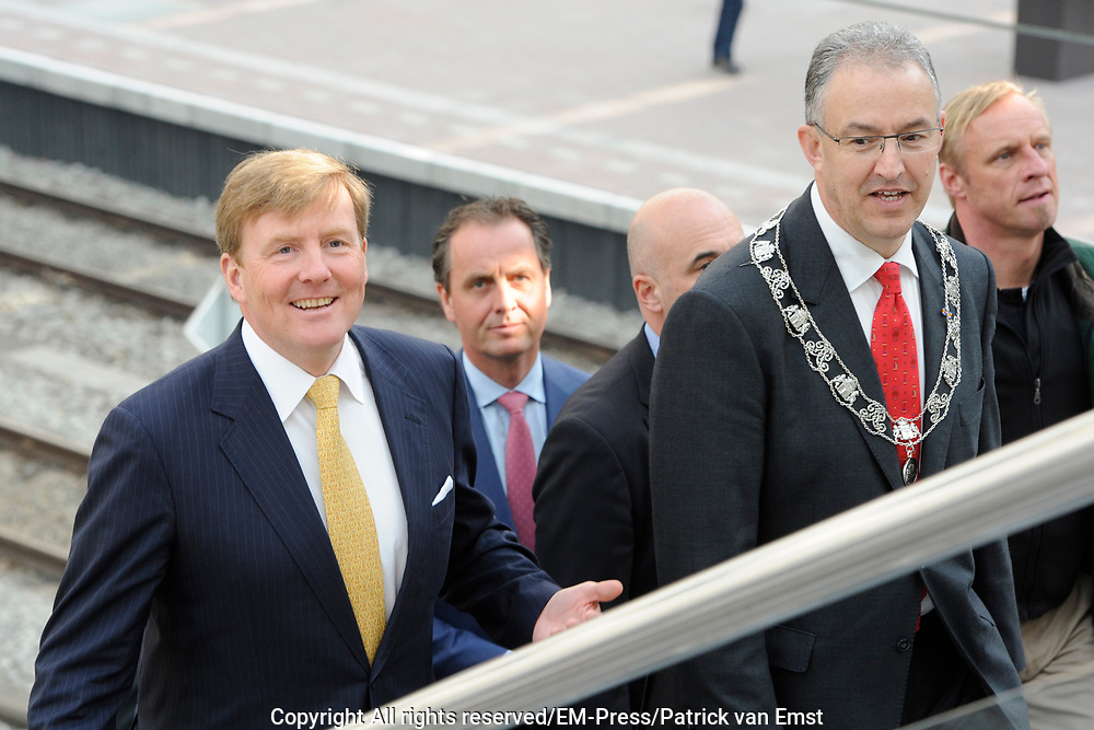 Zijne Majesteit Koning Willem-Alexander opent donderdagmiddag 13 maart officieel het nieuwe treinstation Rotterdam Centraal.De nieuwbouw van het spoordeel, de stationshal en directe omgeving duurde in totaal 9 jaar en kostte ruim 657 miljoen euro.Meest opvallende onderdeel van de nieuwbouw is het forse, spiegelende puntdak van roestvrij staal dat in de richting van het centrum wijst.Het gebouw kreeg daarom de bijnaam 'station kapsalon'. De naam verwijst naar het bakje waarin een Rotterdamse snack wordt geserveerd.<br /> <br /> His Majesty King Willem-Alexander opened Thursday afternoon March 13 officially the new Rotterdam Centraal.De railway station building cost more than 657 million euro.Most striking part of the new building is the large, reflective stainless steel gabled roof pointing towards the center.The building was therefore nicknamed 'Kapsalon'. The name refers to the container in which a Rotterdam snack is served.<br /> <br /> Op de foto / On the photo:  Koning Willem Alexander krijgt een rondleiding over het nieuwe station / King William Alexander gets a tour of the new station