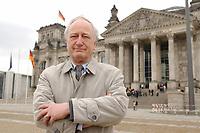 10 MAR 2003, BERLIN/GERMANY:<br /> Heinrich August Winkler, Professor fuer neuste Geschichte an der Humbold-Universitaet Berlin, vor dem Reichstagsgebaeude<br /> IMAGE: 20030310-01-027<br /> KEYWORDS: Historiker