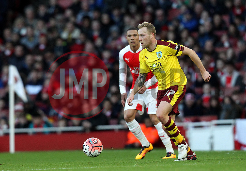 Scott Arfield of Burnley on the ball - Mandatory byline: Robbie Stephenson/JMP - 30/01/2016 - FOOTBALL - Emirates Stadium - London, England - Arsenal v Burnley - FA Cup Forth Round