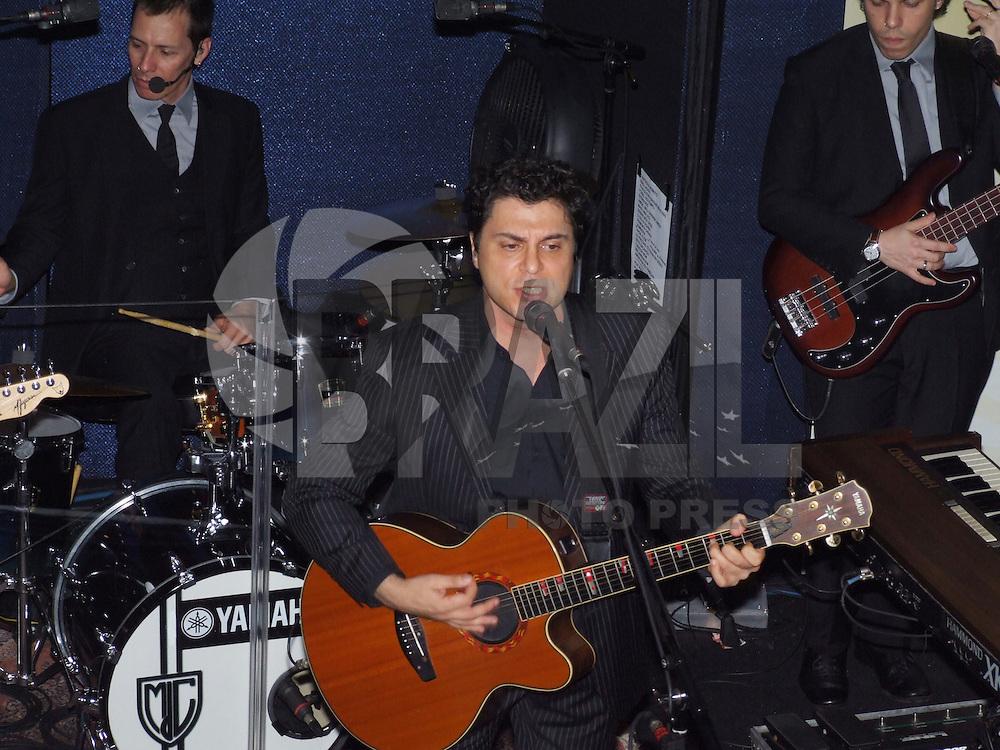 SÃO PAULO,SP, 17 DE ABRIL DE 2009 - SHOW DO FREJAT - O cantor Frejat se apresentou no projeto Sons da Nova, da rádio Nova Brasil FM no Tom Jazz no bairro Higienópolis na região central da capital paulista FOTO: WILLIAM VOLCOV / BRAZIL PHOTO PRESS