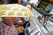 Een van de renners heeft op het parcours warm gereden. In Utrecht is deTour de France van start gegaan met een tijdrit. De stad was al vroeg vol met toeschouwers. Het is voor het eerst dat de Tour in Utrecht start.<br /> <br /> In Utrecht the Tour de France has started with a time trial. Early in the morning the city was crowded with spectators. It is the first time the Tour starts in Utrecht.