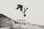 198 / Salto Mortale: MAR, AFRIKA, MAROKKO, RABAT, Maerz 2010: Ein jugendlicher Marokkaner macht ein Salto Mortale am Strand in Rabat  - Marco del Pra / imagetrust - Stichworte: Afrika, Marokko, Maghreb, Maroc, Rabat, Hauptstadt, Koenigreich, Koenig, Mohammed VI, Islam, islamisch, Muslim, muslimisch, Arabisch, Berber, Junge, Jugendlicher, Jugend, Salto, Mortale, Sport, Freizeit, Sprung, springen, Strand, Leuchturm, Fitness, Schwerelosigkeit, schwerelos, Schwerkraft, Schwarz, Weiss, Ozean, Stadtstrand, Meer, Atlantik, Atlantikkueste,