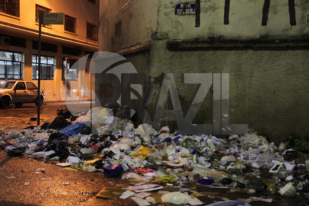SAO PAULO, SP, 26/06/2013, LIXO. Muitolixo espalhado pela calçada da Rua Silveira Martins no bairro da Sé, região central de São Paulo. LUIZ GUARNIERI/ BRAZIL PHOTO PRESS