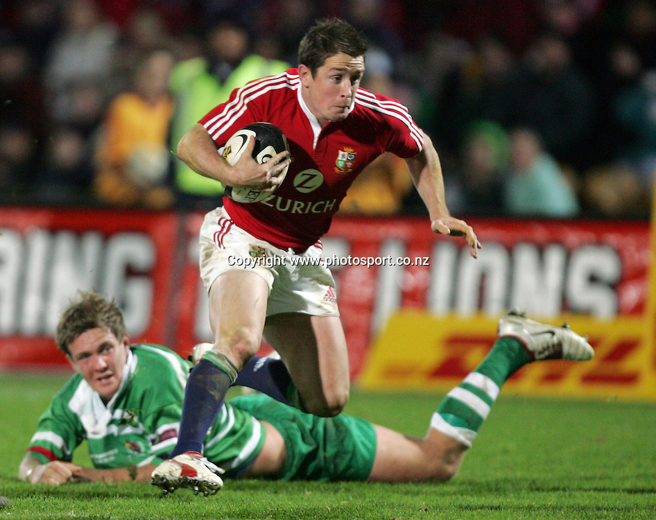 Shane Williams attacks during the Lions v Manawatu rugby match played at FMG Stadium, Palmerston North, New Zealand on Tuesday June 28, 2005. The Lions won the match 109 - 6. Photo: Hannah Johnston/PHOTOSPORT<br /><br /><br /><br /><br />128553