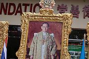Le portrait du roi en habit d'apparat devant une fondation bouddhiste fiancée par le Roi, près de Chan Yan.
