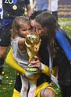 FUSSBALL  WM 2018  FINALE  ------- Frankreich - Kroatien    15.07.2018 JUBEL Weltmeister Frankreich; Torwart Hugo Lloris (Mitte) kuesst den Pokal mit seinen Kinder