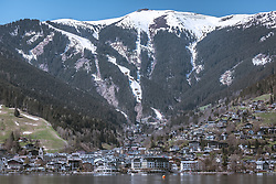 THEMENBILD - die Ansicht der Stadt Zell am See und die schneebedeckte Schmittenhöhe vom Ostufer aus, aufgenommen am 20. April 2019, Zell am See, Österreich // the view of the town Zell am See and the snow-covered Schmittenhöhe from the east shore on 2019/04/20, Zell am See, Austria. EXPA Pictures © 2019, PhotoCredit: EXPA/ Stefanie Oberhauser