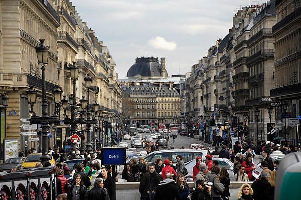 Frankrijk, Parijs, 28-3-2010Verkeer bij de Opera. Exterieur.Foto: Flip Franssen/Hollandse Hoogte
