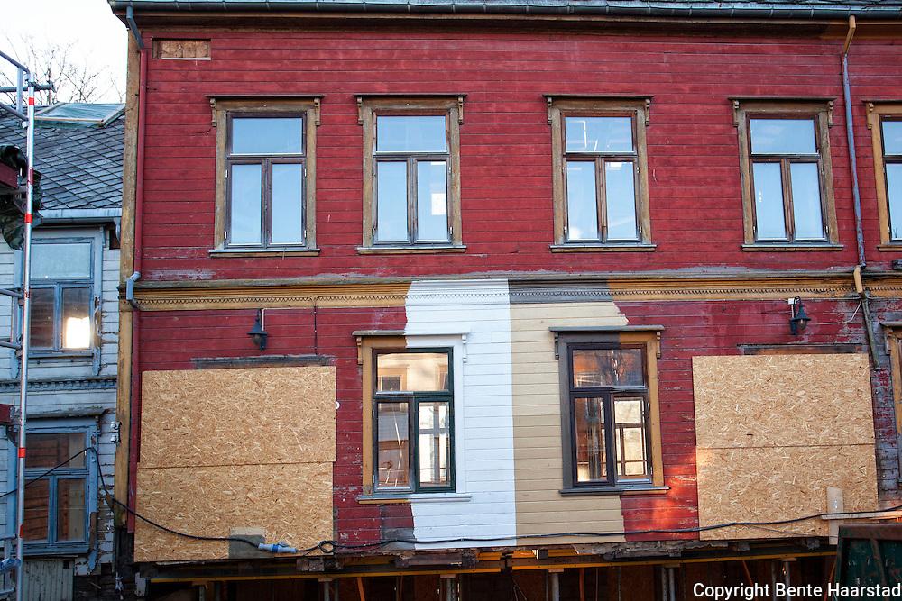 Utprøving av farger, Thingvallagården i Trondheim. Sveitserhuset vil få panelfarge i blek oker og brent og rå umbra på vinduer og listverk. Alt i linoljemaling.