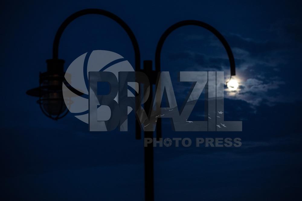 NEW YORK, EUA, 06.08.2017 - LUA-NEW YORK - Vista da lua cheia a partir da cidade de New York nos Estados Unidos na noite deste domingo, 06. (Foto: William Volcov/Brazil Photo Press)