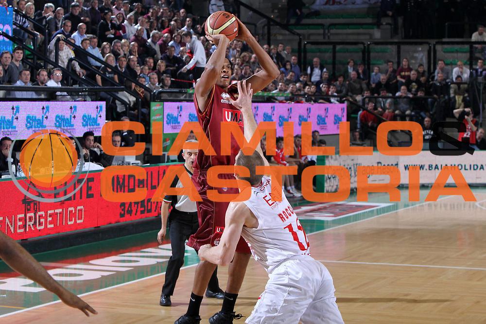 DESCRIZIONE : Treviso Lega A 2011-12 Umana Venezia EA7 Emporio Armani Milano<br /> GIOCATORE : Slay Tamar<br /> SQUADRA : Umana Venezia EA7 Emporio Armani Milano<br /> EVENTO : Campionato Lega A 2011-2012 <br /> GARA : Umana Venezia EA7 Emporio Armani Milano<br /> DATA : 11/12/2011<br /> CATEGORIA : Tiro<br /> SPORT : Pallacanestro <br /> AUTORE : Agenzia Ciamillo-Castoria/G.Contessa<br /> Galleria : Lega Basket A 2011-2012 <br /> Fotonotizia : Treviso Lega A 2011-12 Umana Venezia EA7 Emporio Armani Milano<br /> Predfinita :